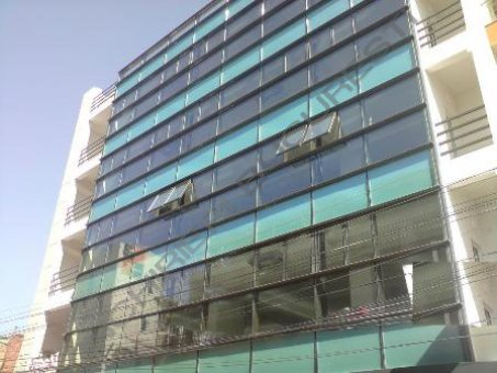 cladire de birouri cu fatada de sticla