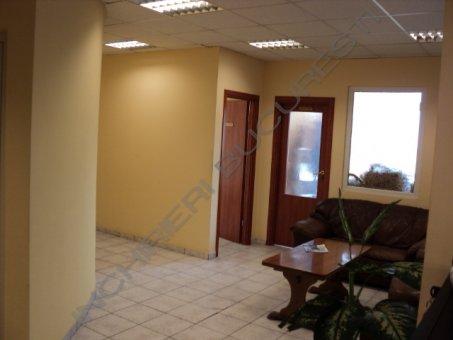 birouri in cladire cu fatada din sticla