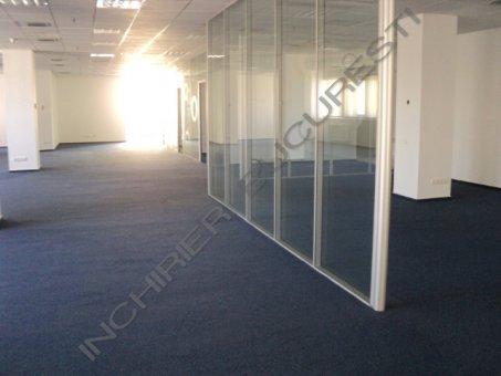 spatiu birou cu perete din sticla