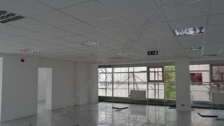 cladire birouri cu fatada de sticla