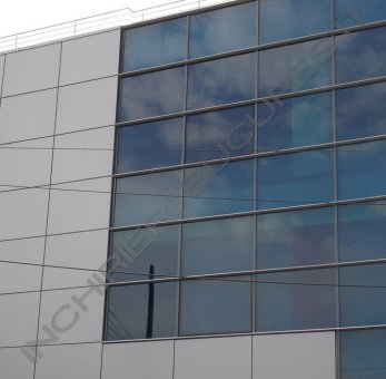 cladire birouri cu fatada din sticla