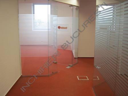 spatiu birouri cu pereti din sticla